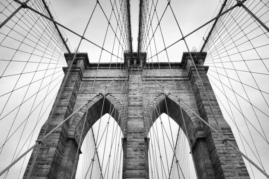 Architectural photo of the brooklyn bridge in black/white